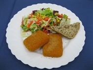 Salatteller mit paniertem Fetakäse