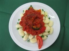 Gnocchi mit, Tomaten-Gemüsesauce, Salat an, Preiselbeer-Dressing
