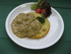 Tellerrösti mit, Champignongragout, Salat an, Honig-Senf-Dressing