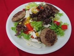 Salatteller mit Frikadellen (Schwein)