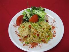 Nudelpfanne Asia (Hähnchen) mit, Salat an, Buttermilch-Dressing