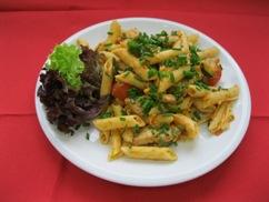 Nudelpfanne mit Pute & Gemüse, Salat an, Buttermilch-Dressing