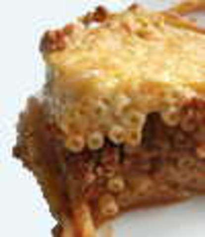 Makkaroni-Auflauf mit Putenschinken und Käse überbacken