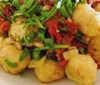 Gnocchi mit Tomatensoße, Gemüse-Knusperbratling und Salatbeilage (veget.)