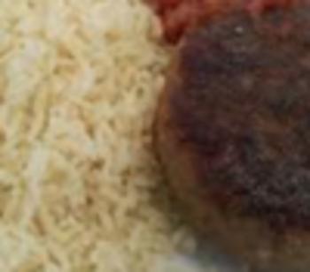 Grill-Hacksteak v. Rind, würziger GemüseReis 'Djuvec', Balkansalat