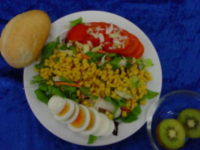 Bunter Salat mit Ei und Dressing