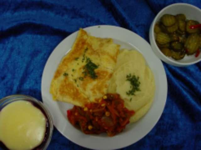 Omelette natur mit Zigeunergemüse und Kartoffelpüree