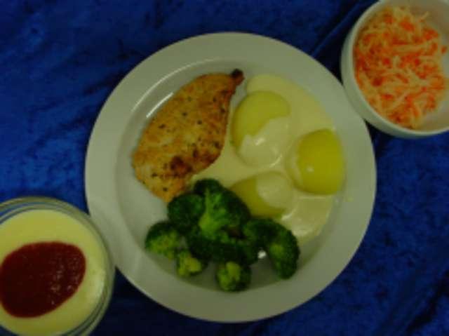 Marinierte Hähnchenbrust an Käsesauce mit Broccoli und Salzkartoffeln