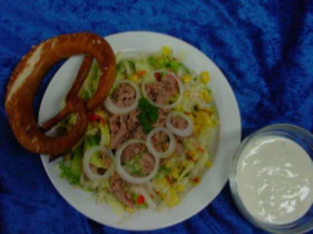 Bunter Salatteller mit Thunfisch, Mais und Paprika, dazu Baguette