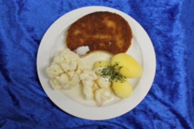 Vegetarisches Schnitzel, Blumenkohl in Rahm und Salzkartoffeln