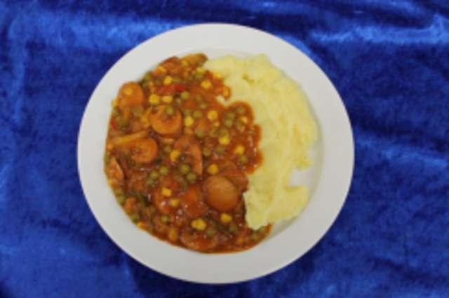 Currywurstpfanne mit Paprika, Mais und Erbsen, auf Kartoffelstampf