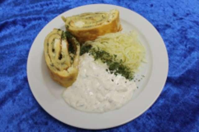 Omeletterolle mit Fetakäse gefüllt, dazu Tzaziki und Krautsalat