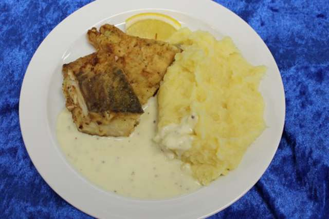 Seelachsfilet natur gebraten an Kartoffelstampf und Senfsauce