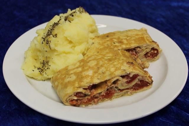 Omeletterolle Tomate-Basilikum, dazu Kartoffelstampf