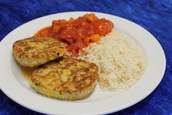 Mais-Lauch-Rösti an Tomatenragout mit Reis