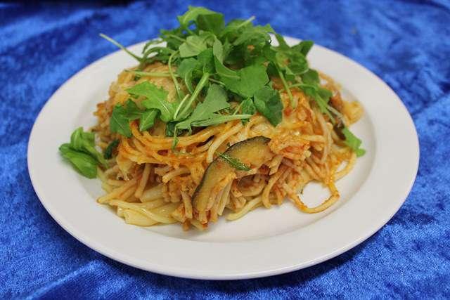 Spaghetti al Pomodoro mit Cherrytomaten, Rucola und Parmesan