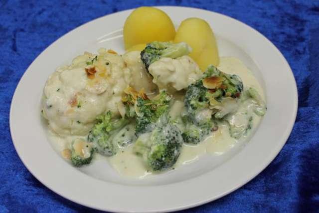 Broccoli-Blumenkohlpfanne in Mandelrahm an Salzkartoffeln,