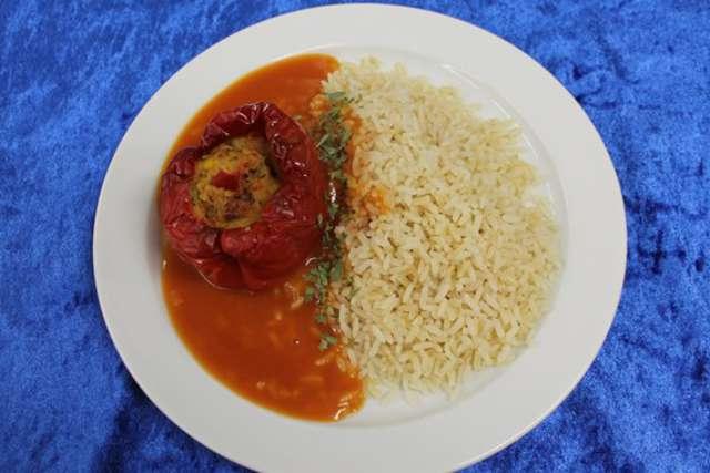 Vegetarische Paprikaschote mit Tomatenragout und Reis