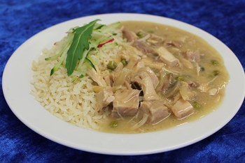 Hühnerfrikassee mit Erbsen, Champignons und Spargel, dazu Reis