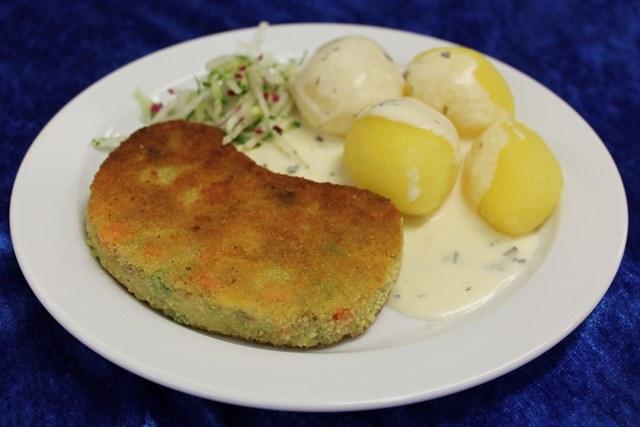 Gemüseknusperschnitzel mit Salzkartoffeln und Kräutersauce