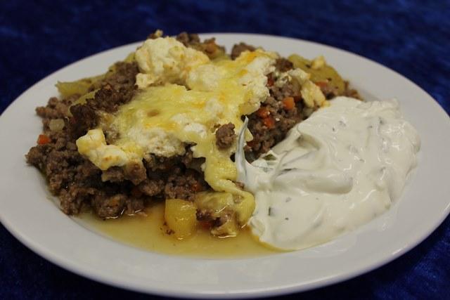 Kartoffel-Hack-Auflauf mit Weichkäse überbacken, dazu Tzatziki