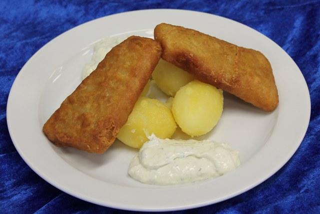 Backfisch mit Remoulade dazu Salzkartoffeln