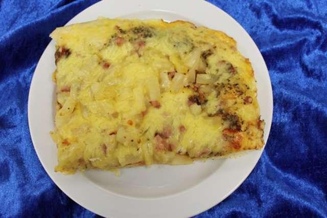 Pizza Hawaii mit Ananas, gek. Schinken und Käse gebacken