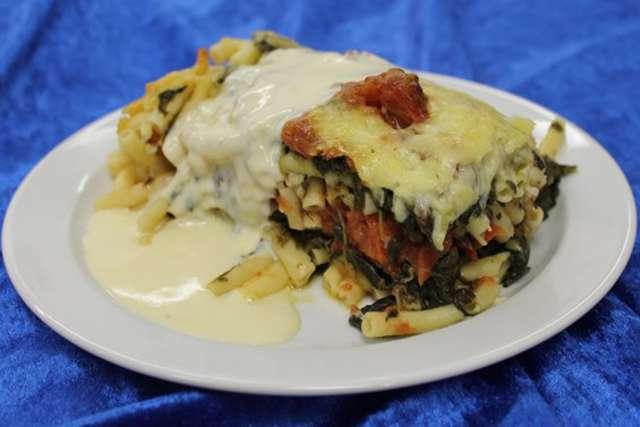 Maccaroniauflauf mit Tomatenwürfel und Spinat dazu eine Käsesauce