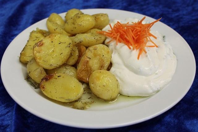 Rosmarin-Backkartoffeln mit Kräuterquark-Dip und Paprikastreifen