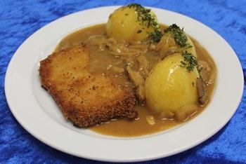 Paniertes Schweineschnitzel mit Zwiebelchampignonrahm & Salzkartoffeln