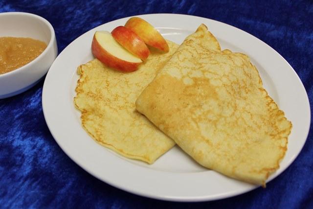 Pfannkuchen, frisch gebacken, mit Apfelmus und Zimt & Zucker