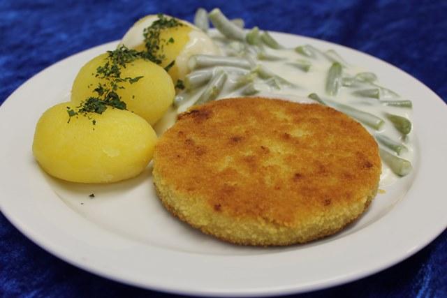 Blumenkohl-Käse-Medaillon mit Brechbohnen und Salzkartoffeln