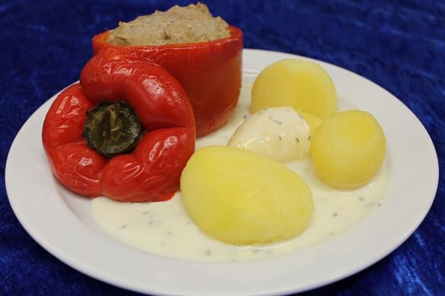 Hausgemachte Paprikaschote mit Hackfleisch gefüllt dazu Kräutersauce und Salzkartoffeln