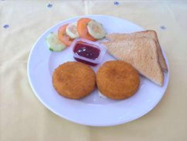 Camembert mit Toast und Preiselbeeren