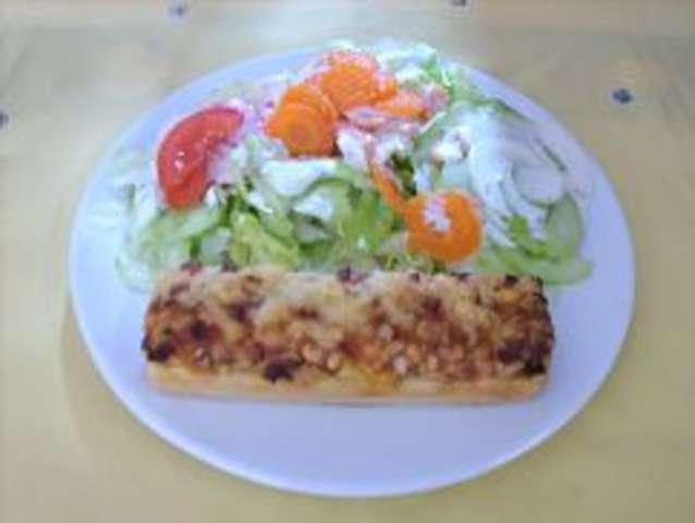 Pizzabaguette mit Salat