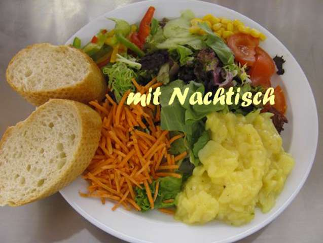 Salatteller (a,c,g,i,jo), kleiner Apfelstrudel (a) mit Vanillesoße (g)