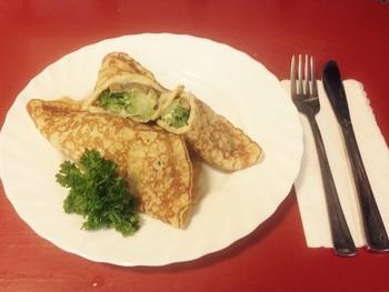 Gefüllter Pfannkuchen mit Gemüse und Käse