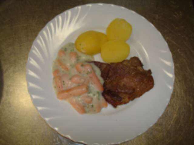 Schweinesteak mit Rahmmöhren und Kartoffeln