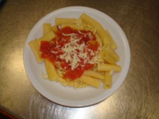 Rigatoni mit Tomatensoße und Parmesanspäne