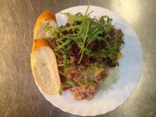 Bunter Salatteller mit Thunfisch