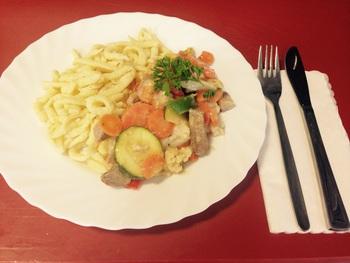 Spätzleeintopf mit Fleisch und Gemüseeinlage