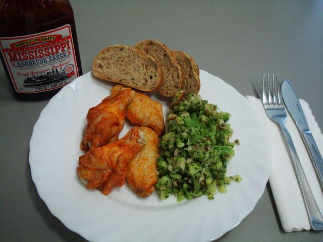 Chicken Wings an Barbecue Sauce und Krautsalat dazu Baguette