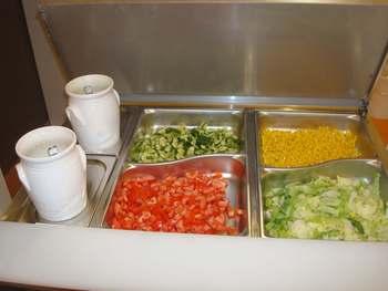 Bunter Salatteller aus der Salatbar