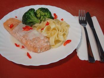 Gebratener Lachs an Zitronensoße mit Brokkoli-Mandel Gemüse und Bandnudeln
