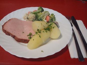 Leberkäse mit Rahmgemüse und Kartoffeln