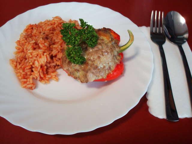 Gefüllte Paprika mit Hackfleisch an Tomatensoße dazu Reis