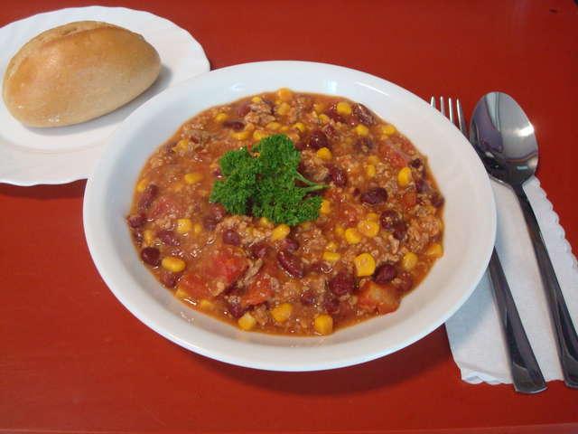 Chili con Carne mit Brötchen