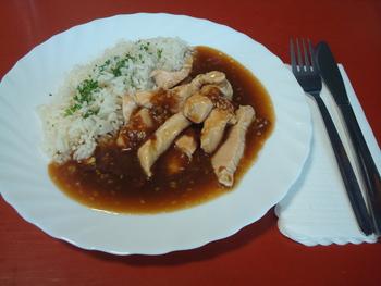 Geschnetzeltes vom Huhn in Honig-Sesamsoße dazu Reis