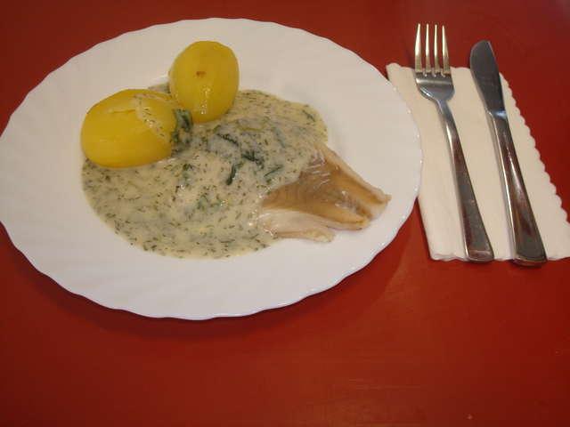 Fischfilet an Kräutersoße und Salzkartoffeln