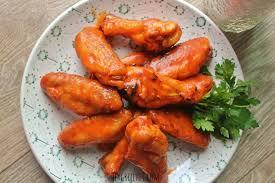 Chicken Wings an Barbecue Sauce und Krautsalat